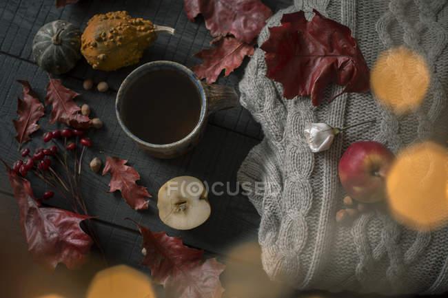Taza de té y decoraciones otoñales - foto de stock