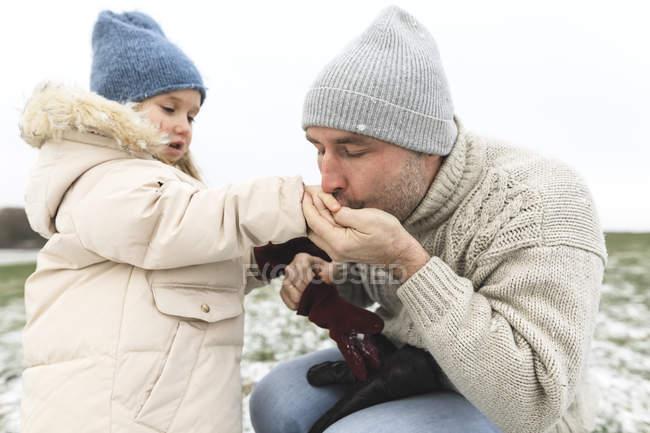 Взимку батько гріє холодними обіймами доньки. — стокове фото