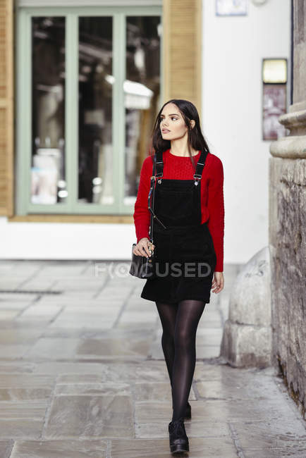 Portrait of fashionable young woman  at shopping street — Stock Photo