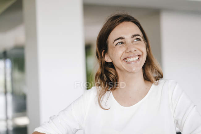 Porträt einer strahlenden jungen Geschäftsfrau — Stockfoto