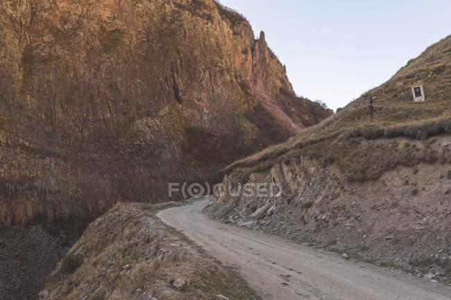 Грузія, великий Кавказ, ущелина Труо, грунтова дорога — стокове фото