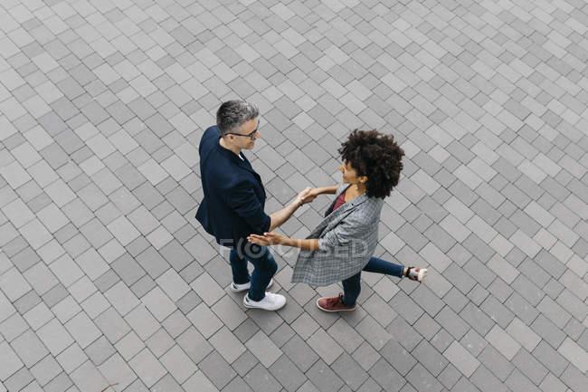 Blick von oben auf zwei Kollegen beim Händeschütteln auf einem Platz — Stockfoto