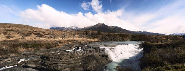 Chile, Patagonia, paisagem do rio e das montanhas do Parque Nacional de Torres del Paine — Fotografia de Stock