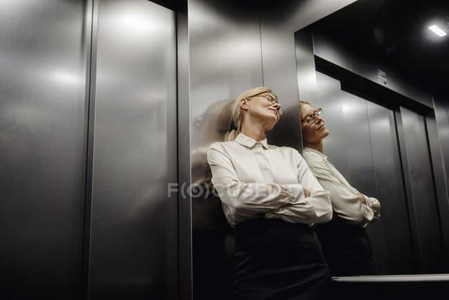 Mulher de negócios esgotada no elevador — Fotografia de Stock