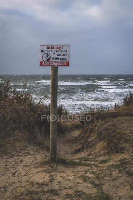 Германия, Мекленбург-Западная Померания, Фишланд, Вустров, предупреждающий знак — стоковое фото