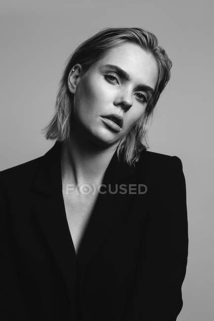 Ritratto di giovane donna bionda con giacca nera — Foto stock