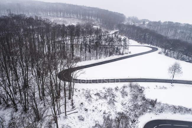 Áustria, Wienerwald, drone disparado de uma estrada nevado da montanha — Fotografia de Stock