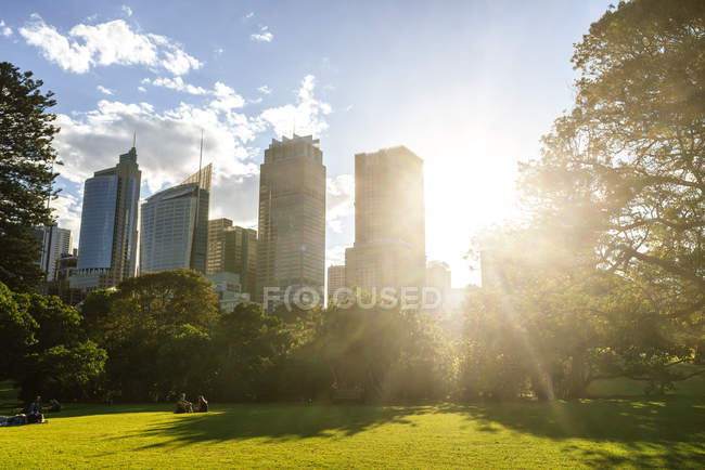 Australie, Nouvelle-Galles du Sud, Sydney, quartier financier de Sydney avec contre-jour — Photo de stock