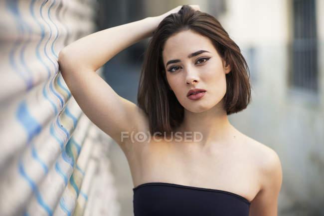 Retrato de mujer joven con peinado bob - foto de stock