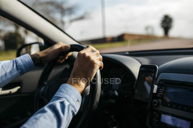 Mani di uomo d'affari guida auto — Foto stock