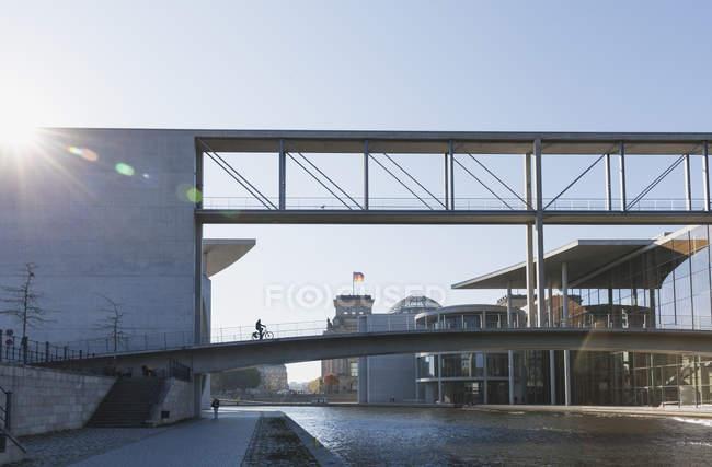 Alemania, Berlín, distrito Mitte, Regierungsviertel, 'Band des Bundes', Puente entre este y oeste, Paul-Loebe-Building y Marie-Elisabeth-Lueders-Building - foto de stock