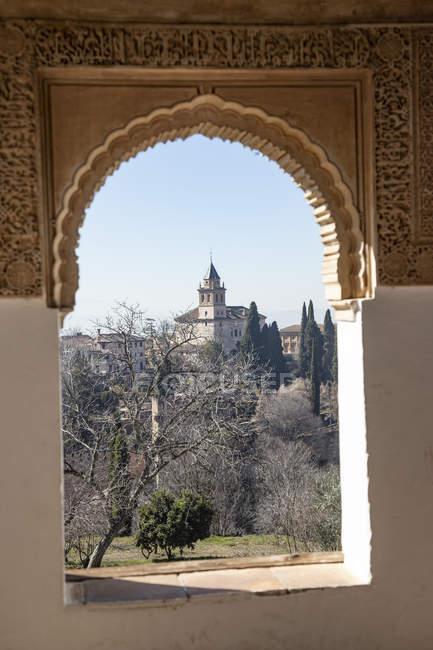 España, Andalucía, Granada, Alhambra, vista de la iglesia Santa Maria - foto de stock
