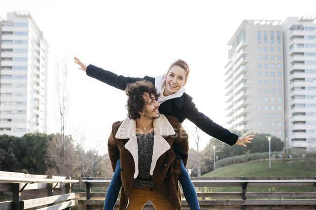 Casal feliz desfrutando de passeio de volta na cidade — Fotografia de Stock