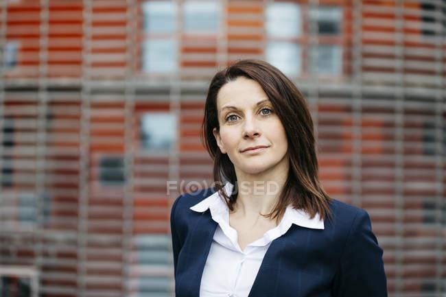 Porträt einer selbstbewussten Geschäftsfrau vor einem Bürogebäude in der Stadt — Stockfoto