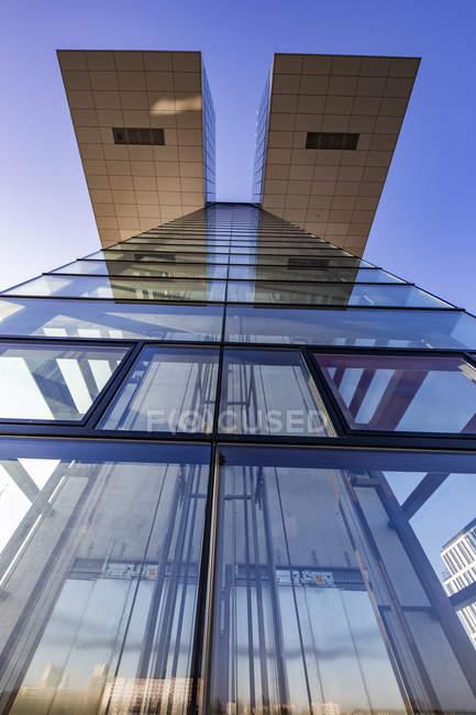 Alemania, Colonia, parte de la fachada de Crane House vista desde abajo - foto de stock