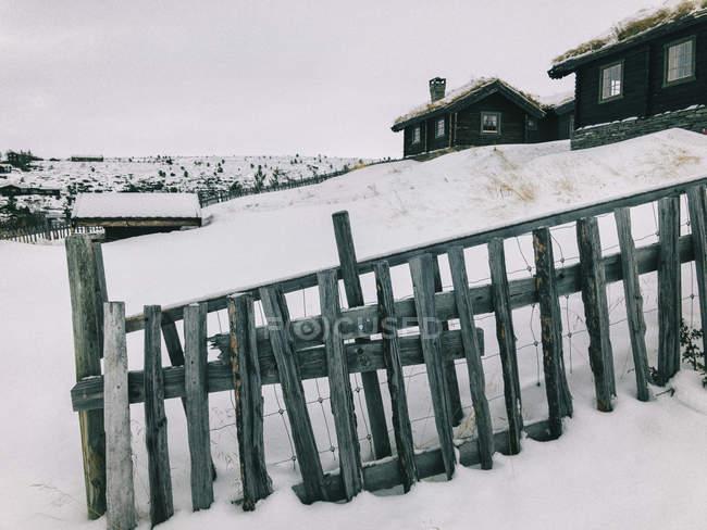 Норвегия, Рональд Рейган, традиционные домики на горном курорте в пасмурный зимний день — стоковое фото