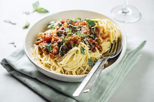 Spaghetti with tomato caper sauce, basil and parmesan — Foto stock