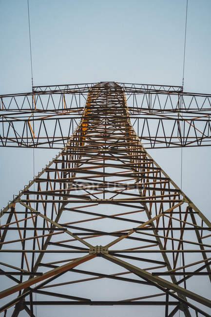 Pylône de puissance vu d'en bas — Photo de stock