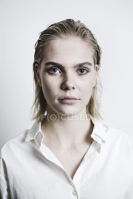 Retrato de una joven rubia con el pelo mojado - foto de stock