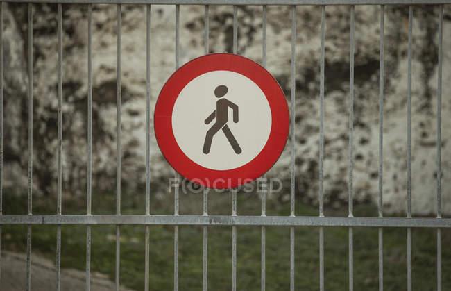 Panneau d'interdiction pour piétons sur clôture métallique — Photo de stock
