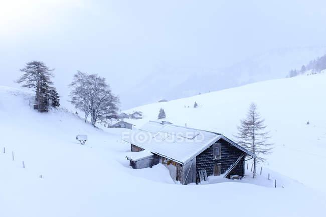 Áustria, estado de Salzburg, grupo de Osterhorn, cabana da montanha no inverno — Fotografia de Stock