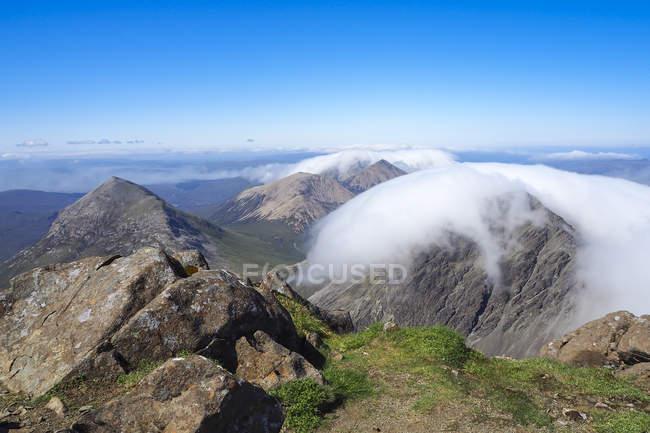 Vereinigtes Königreich, Schottland, Insel des Himmels, Blick von bla bheinn auf Cuillin-Hügel mit Wolken — Stockfoto