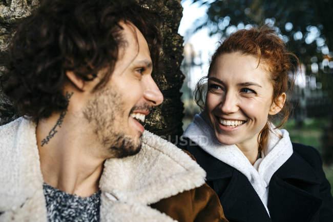 Портрет щасливої пари в стовбурі дерева в парку. — стокове фото
