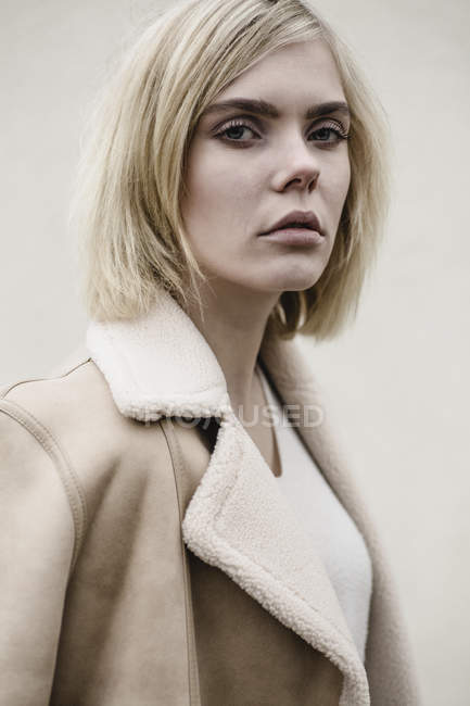 Портрет блондинки в пальто — стоковое фото