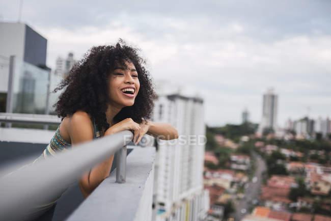 Панама, Панама, портрет счастливой молодой женщины на балконе — стоковое фото