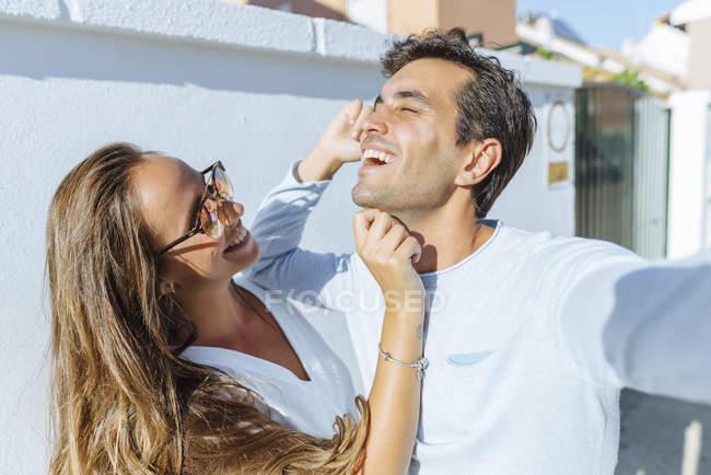 Feliz casal brincalhão ao ar livre em um dia ensolarado — Fotografia de Stock