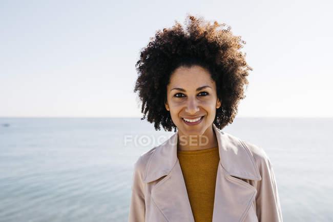 Ritratto di donna sorridente con il mare sullo sfondo — Foto stock