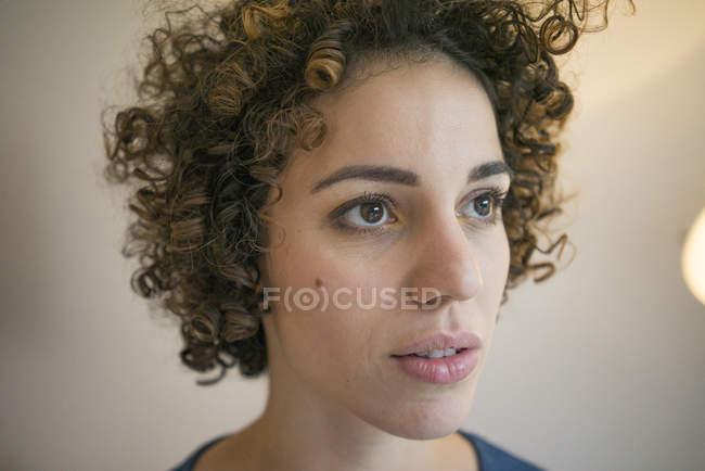 Ritratto di donna seria che guarda lateralmente — Foto stock