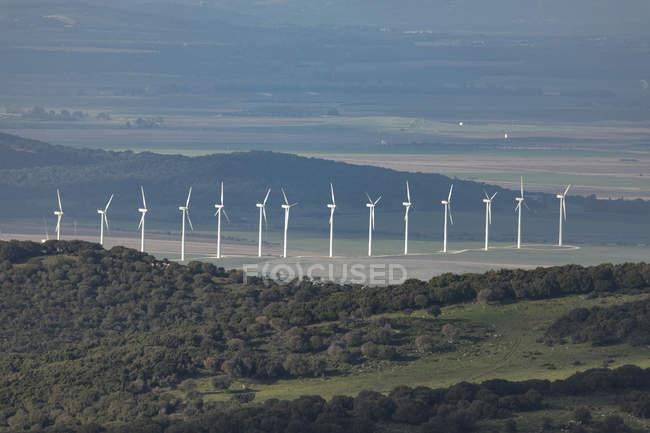 Испания, Андалусия, Фауфа, ряд ветровых колес на ландшафте — стоковое фото