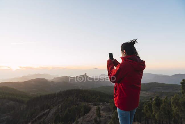 España, Gran Canaria, Pico de las Nieves, mujer fotografiada. - foto de stock