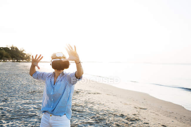 Thailand, Rayong, Frau mit Virtual-Reality-Brille am Strand — Stockfoto