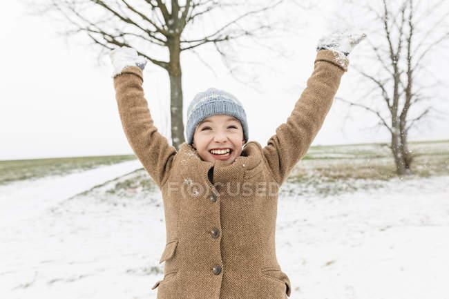 Портрет счастливого мальчика в зимнем пейзаже — стоковое фото
