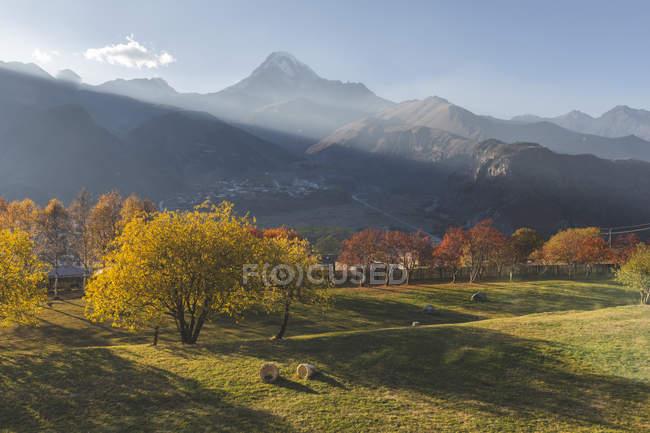Грузія, великий Кавказ, Степанцда, Гергейті Троїцької церкви і гора Казбек восени — стокове фото