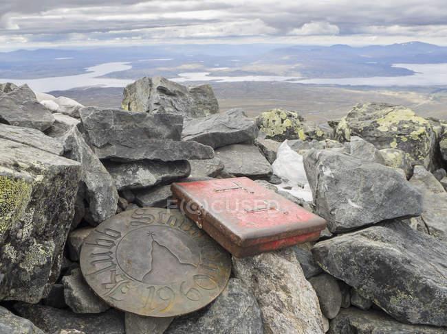 Jamtland, Schweden, Gipfelmarkierung und Sarg für ein Gipfelbuch auf Storsylen — Stockfoto
