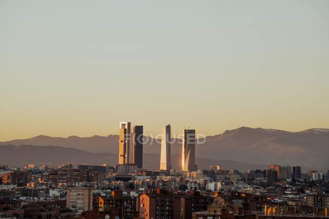 España, Madrid, paisaje urbano con modernos rascacielos en el crepúsculo - foto de stock