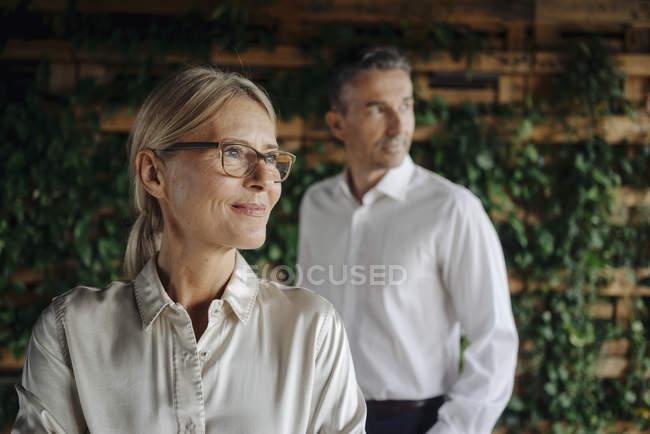 Homme d'affaires et femme d'affaires dans la pensée verte de bureau — Photo de stock