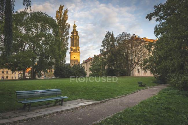 Germania, Weimar, vista al Castello di Weimar con Ilmpark in primo piano — Foto stock
