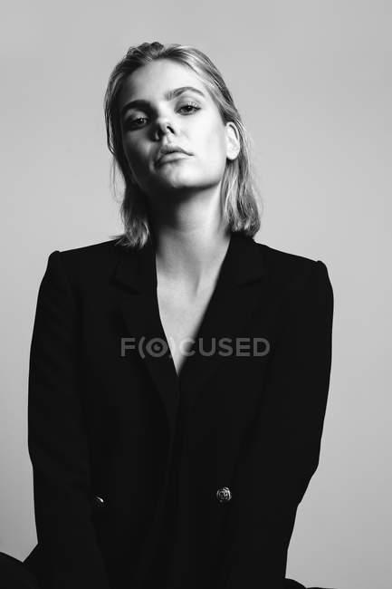 Porträt einer blonden jungen Frau im schwarzen Blazer — Stockfoto