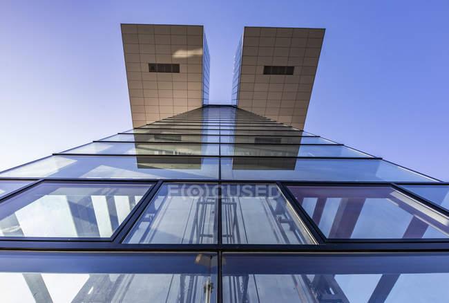 Німеччина, Кельн, частина фасаду будинку крана видно знизу — стокове фото