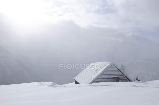 Áustria, estado de Salzburg, grupo de Osterhorn, área de esqui, cabana no inverno — Fotografia de Stock