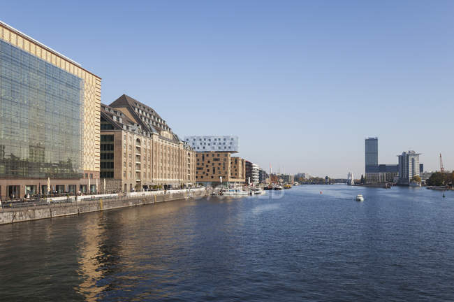 Germania, Berlin-Friedrichshain, Osthafen a River Spree visto da Oberbaum Bridge — Foto stock