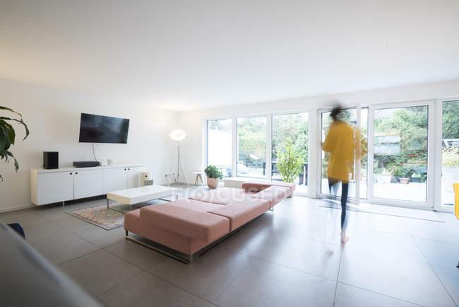 Femme déménageant dans un salon spacieux à la maison — Photo de stock