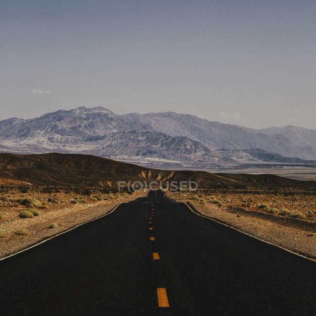 États-Unis, Death Valley, Route vide à travers le parc national de Death Valley — Photo de stock