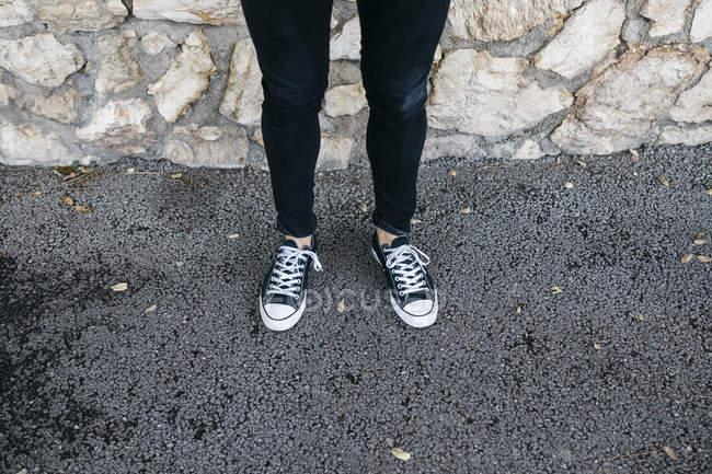 Ноги молодого человека в повседневной одежде стоят — стоковое фото