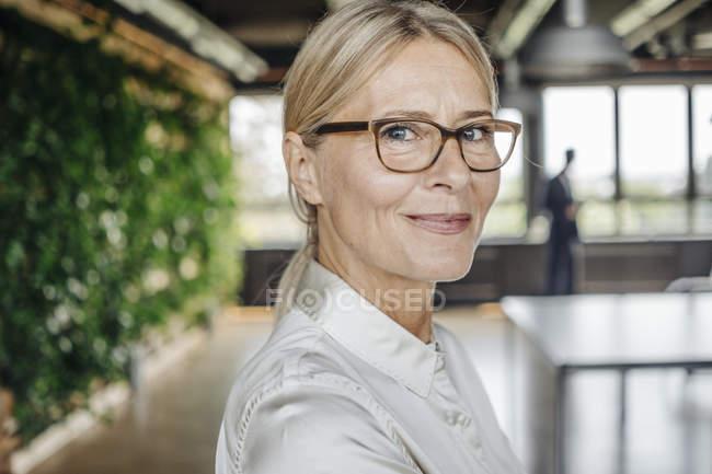 Ritratto di donna d'affari fiduciosa in carica — Foto stock