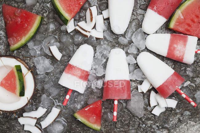 Lollies caseiros do gelo do coco da melancia no gelo esmagado — Fotografia de Stock